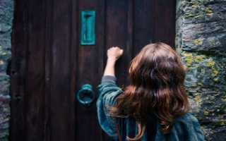 Снится стук в дверь или окно – как событие толкуют сонники