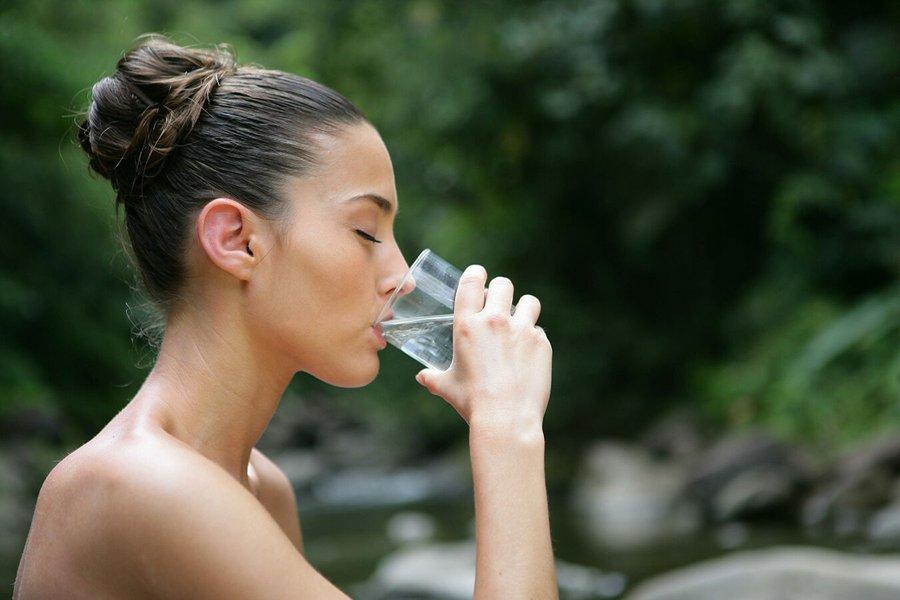 Что означает пить воду во сне: толкование по сонникам