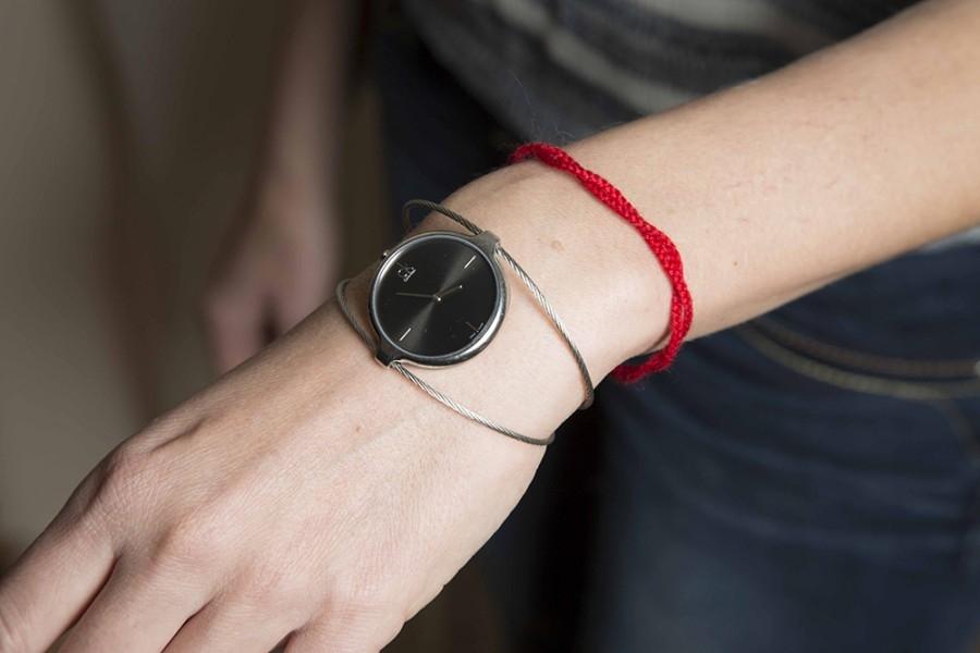 Для чего нужна красная нитка на запястье и как ее правильно завязать?