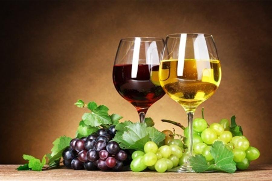 К чему снится красное и белое вино по различным сонникам