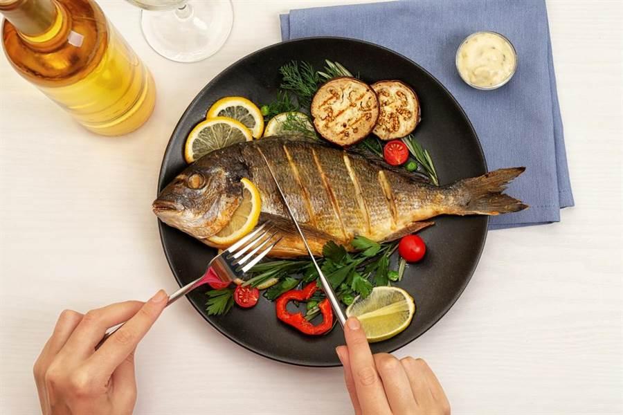 К чему снится женщине есть рыбу во сне: к беременности или к деньгам?