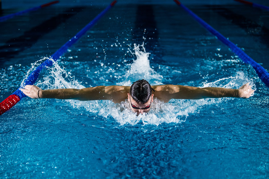 Как толкуют сонники плавание человека во сне?