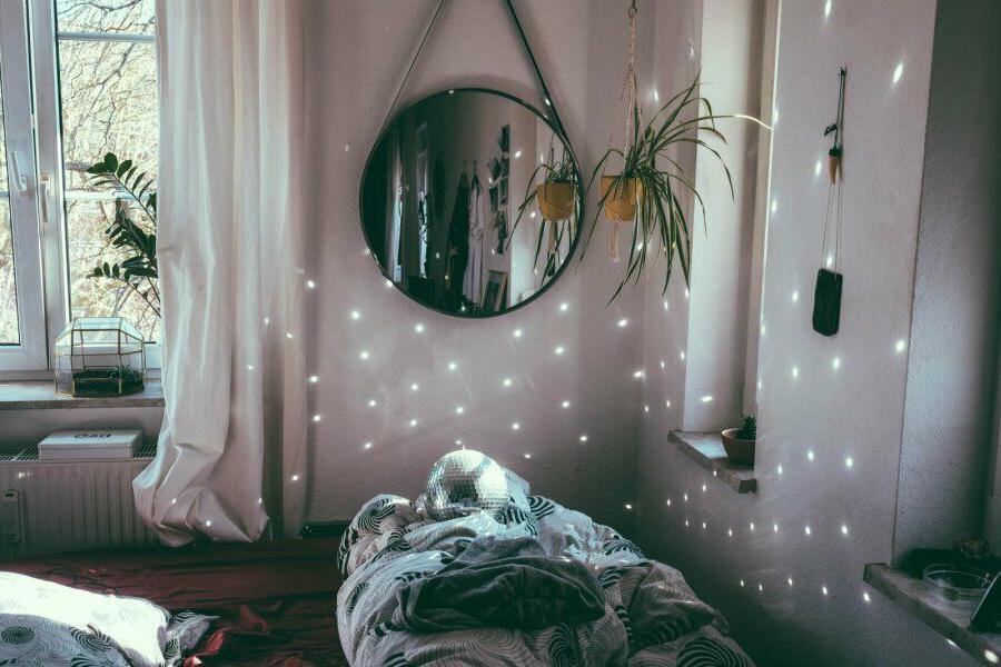 Почему зеркало нельзя ставить напротив кровати?