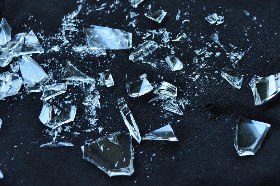 Приснились осколки стекла: толкование различными сонниками
