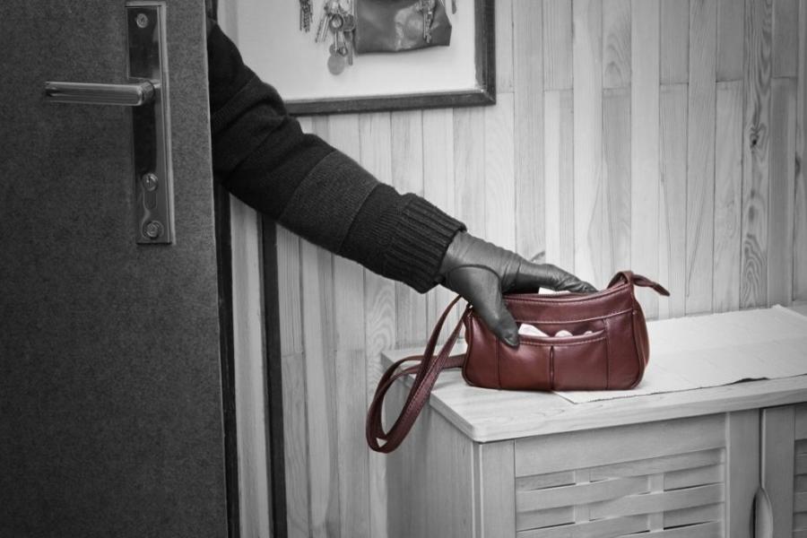 Сон о краже сумки: толкование по сонникам