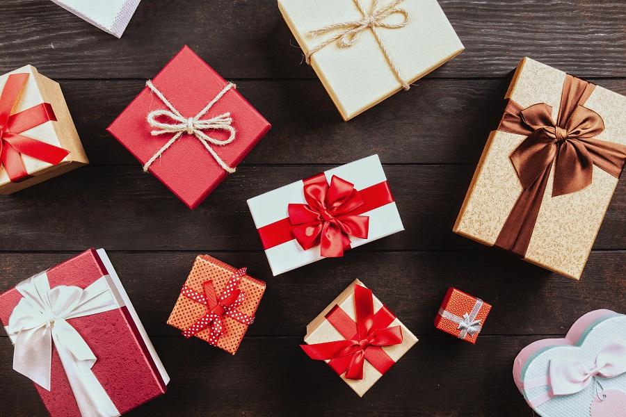 Какие подарки можно оставлять себе, приметы и суеверия?